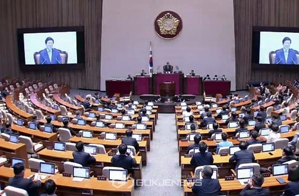 박병석 21대 국회 전반기 국회의장이 5일 국회 본회의장에서 열린 국회의장 당선 인사를 하고 있다.