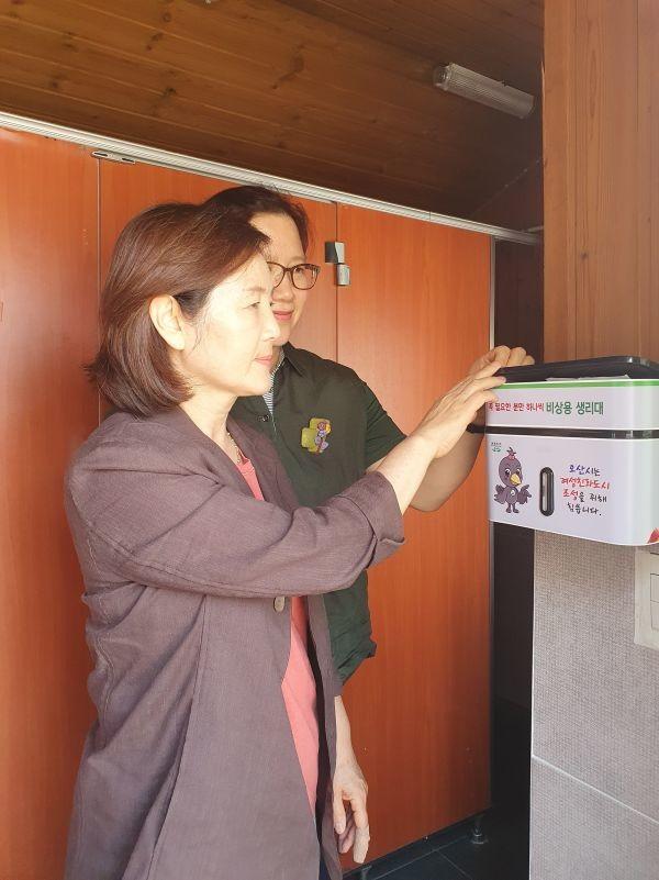▲ 오산시 공중화장실 위생용품지급기 설치 모습.(사진=오산시 제공)