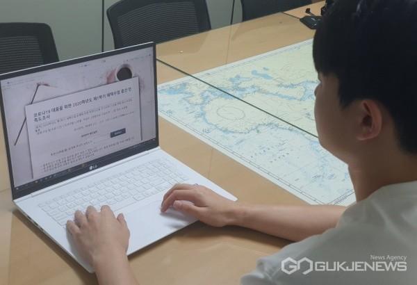 한국해양대학교 교육성과관리센터가 실시한 '2020학년도 제1학기 재택수업 중간 만족도 조사'에 참여 중인 학생 모습/제공=한국해양대