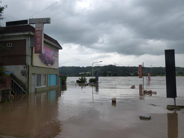 연천군 군남댐 방류... 왕징면 임진강 주변일대 침수