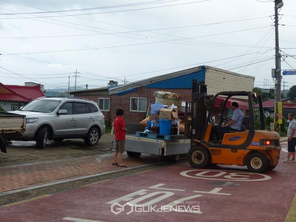 연천군, 임진강 유역 홍수 경보발표...대피준비를 하는 주민들