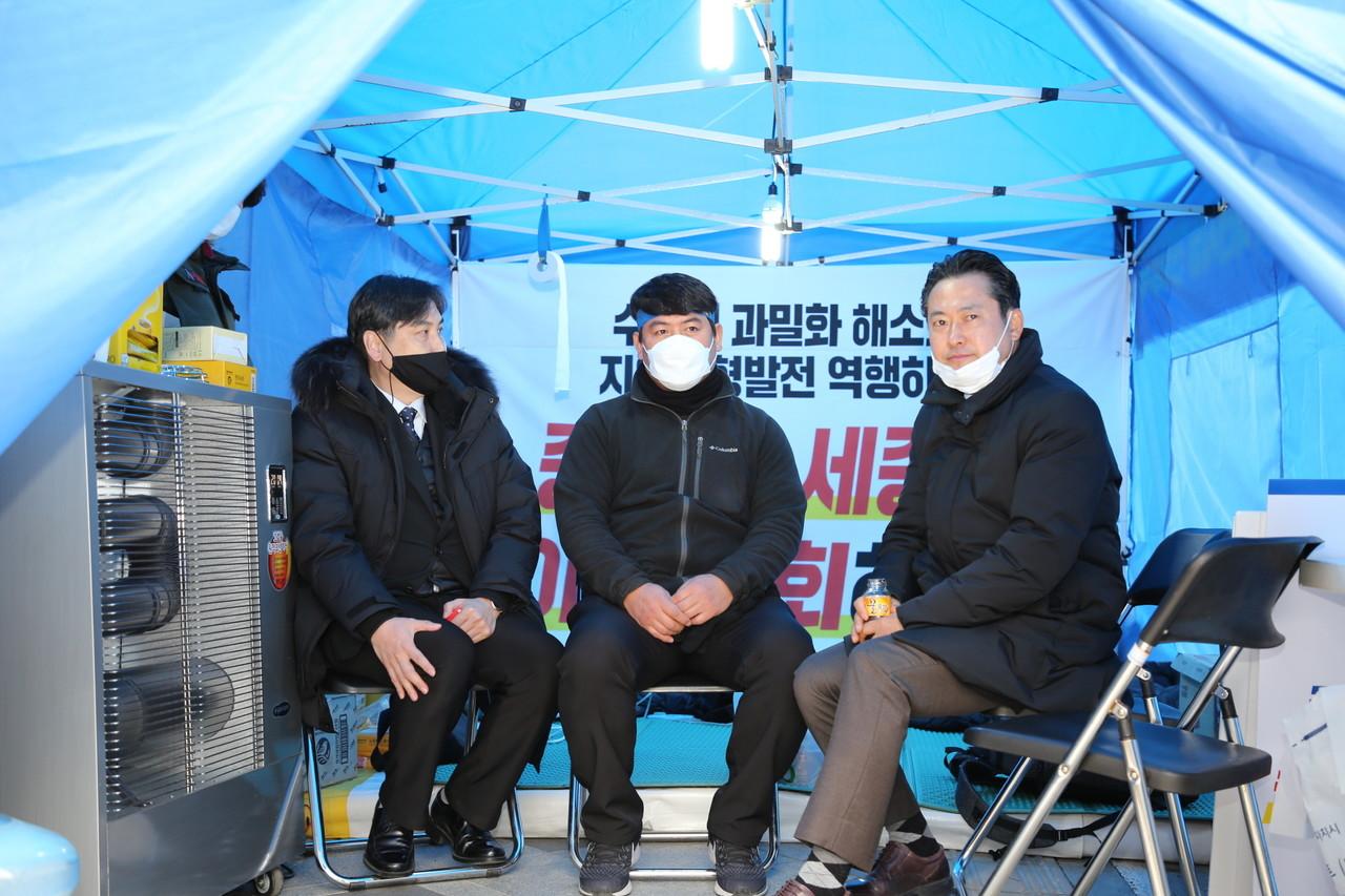 장동혁 국민의힘 대전시당위원장 민주당 천막농성장 찾아 하나되자 주문