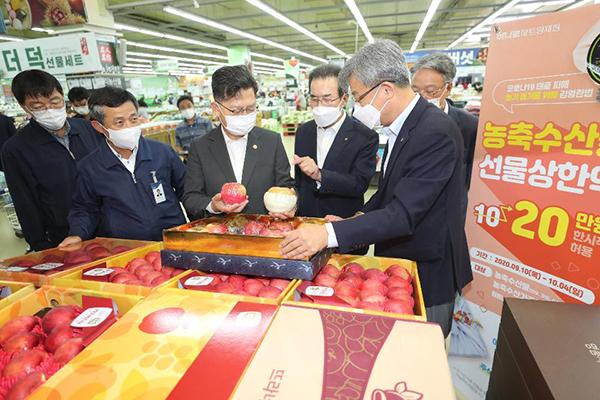 지난해 9월 추석을 앞두고 김현수 농식품부 장관이 서울 양재 하나로마트를 찾아 추석 성수품(제수용 과일, 한우 등) 수급 상황을 점검하고 있다.