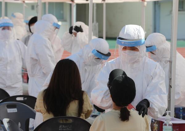 포항시가 세명기독병원 직원들을 대상으로 코로나 검사를 하기 위해 검체 채취를 하고 있다. (사진 = 포항시)
