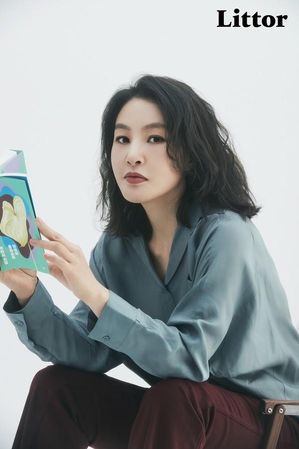 박지영, 책과 함께 한 화보 공개..이지적인 매력