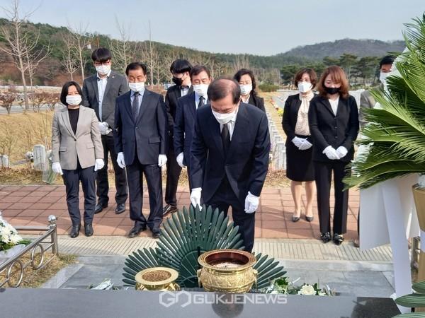 대전 현충원 천안함 묘역 참배하는 김병준 위원장