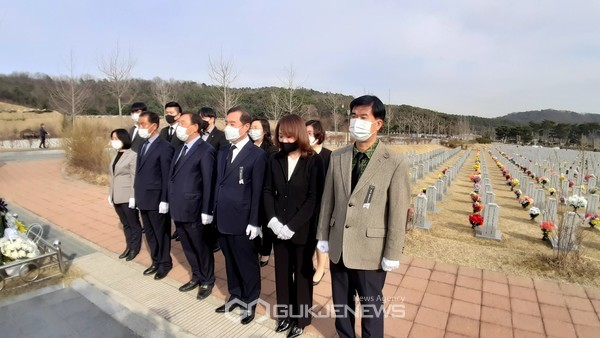 대전 현충원 천안함 묘역 참배하는 국민의힘 세종시당
