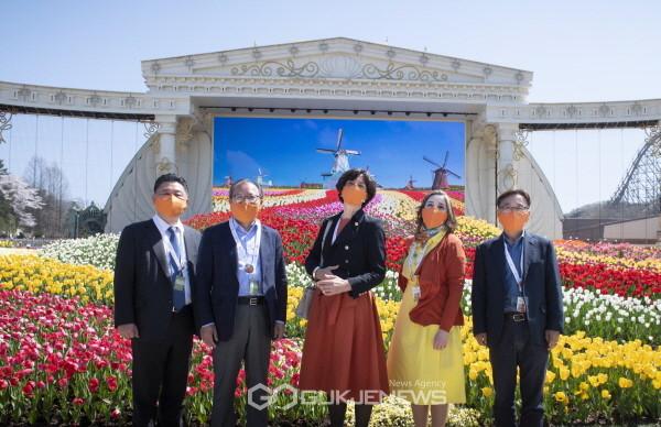 5일 한국-네덜란드 수교 60주년을 맞아 요안나 도너바르트 주한 네덜란드 대사(왼쪽 세번째)와 한승환 삼성물산 리조트부문 사장(왼쪽 두번째) 등이 에버랜드 튤립정원 'LED 인티니트 가든' 앞에서 기념 촬영을 하고 있다.(사진=에버랜드)
