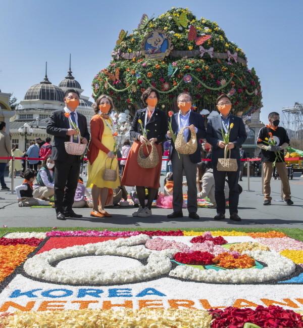 5일 한국-네덜란드 수교 60주년을 맞아 요안나 도너바르트 주한 네덜란드 대사(왼쪽 세번째)와 한승환 삼성물산 리조트부문 사장(왼쪽 네번째)은 에버랜드 글로벌 페어 광장에서 고객들과 함께 '수교 60주년' 테마가 깃든 생화 꽃길 '인피오라타'를 조성했다.(사진=에버랜드)