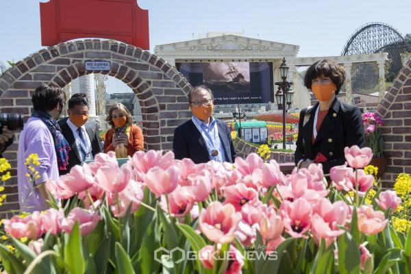 5일 한국-네덜란드 수교 60주년을 맞아 요안나 도너바르트 주한 네덜란드 대사(오른쪽 첫번째)가 에버랜드를 방문해 한승환 삼성물산 리조트부문 사장(오른쪽 두번째)과 튤립 정원을 둘러보고 있다.(사진=에버랜드)