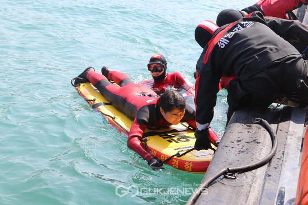 하태영보령해경서장(서프보드위)이구조훈련중익수자로직접참여해서프보드를활용한구조대원에의해구조되고있다.사진=보령해양경찰서