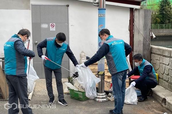부산 동구지사 직원들이 노인복지관에서 봉사활동중인 모습/제공=마사회 부경본부