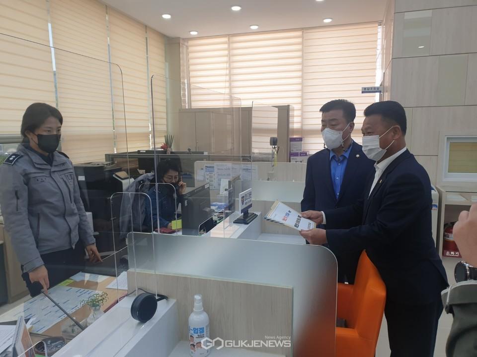 천안시의회 윤리특별위원회, 권오중 위원장과 유영채 부위원장이 '부동산 투기전수 조사를 위한 개인정보 이용·수집동의서'를 제출하고 있다.