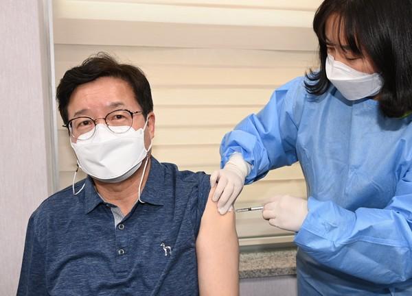 염태영 수원시장이 지난 6일 팔달구보건소에서 코로나19 백신을 맞고 있는 모습. 사진제공=수원시청