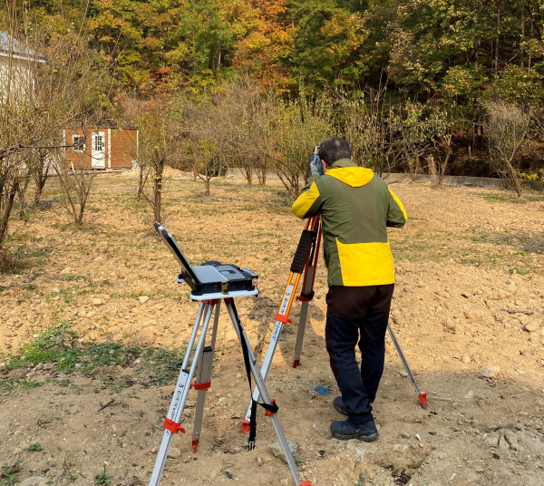 (사진제공=용인시)지적재조사를위해토지를측량하고있다.