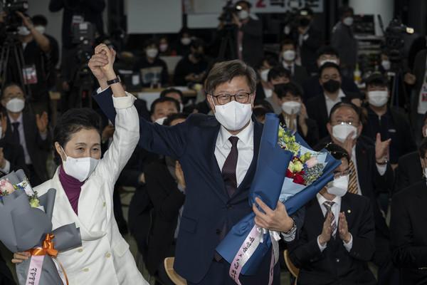 박형준 국민의힘 부산시장 후보가 부인 조현 씨와 함께 당선축하 꽃다발을 받고 기념촬영을 하고 있다.