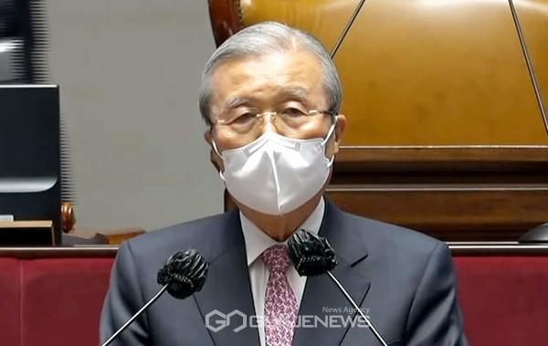김종인 국민의힘 비상대책위원장이 8일 오전 국회에서 사퇴 기자회견 후 의원총회에서 4.7재보궐선거 결과 에 대해 모두발언을 하고 있다.