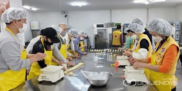 직접 사랑의 빵을 만들고 있는 모습(사진=문화동)