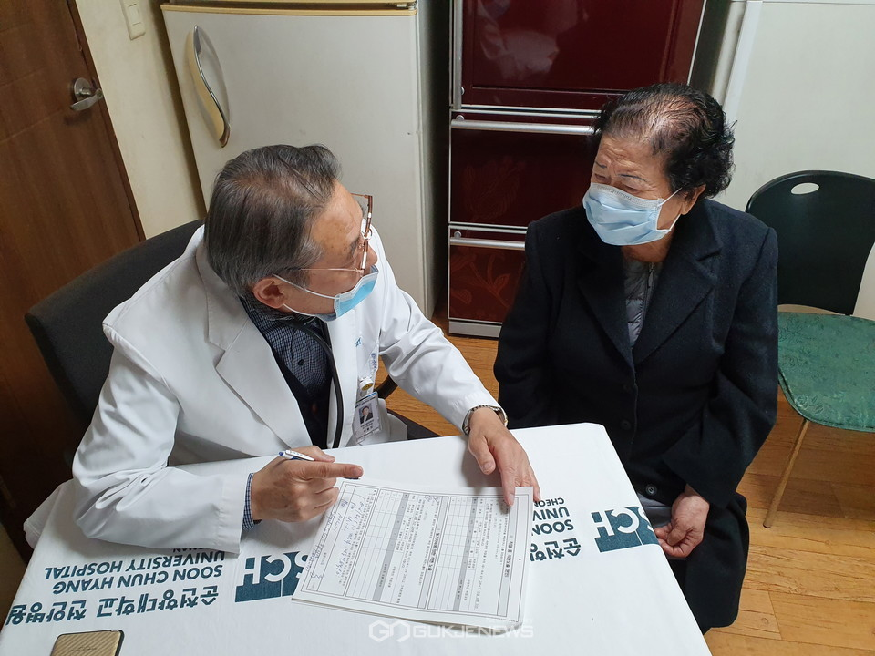 순천향대천안병원 석면환경보건센터, 이용진 센터장이 건강영향조사에서 지역주민을 진찰하고 있다.
