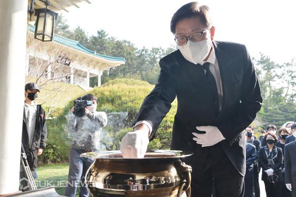 지난 7일 치러진 보궐선거에서 부산시장에 당선된 박형준 시장이 첫 공식일정으로 8일 오전 8시30분 충렬사를 참배했다/제공=부산시