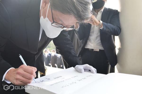 지난 7일 치러진 보궐선거에서 부산시장에 당선된 박형준 시장이 첫 공식일정으로 8일 오전 8시30분 충렬사를 참배해 방명록에 서명하고 있다