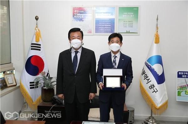 부산은행 중구청영업소에 '감사패' 전달 모습/제공=중구청