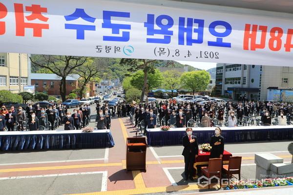 오태완 의령군수가 취임식에서 국민의례를 하고 있다.