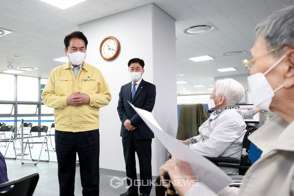 만 75세 이상 어르신들의 코로나19 백신 접종이 시작된 8일 백군기 용인시장이 처인구 코로나19예방접종센터에 방문해 어르신들과 이야기를 나누고 있다. (사진=용인시)