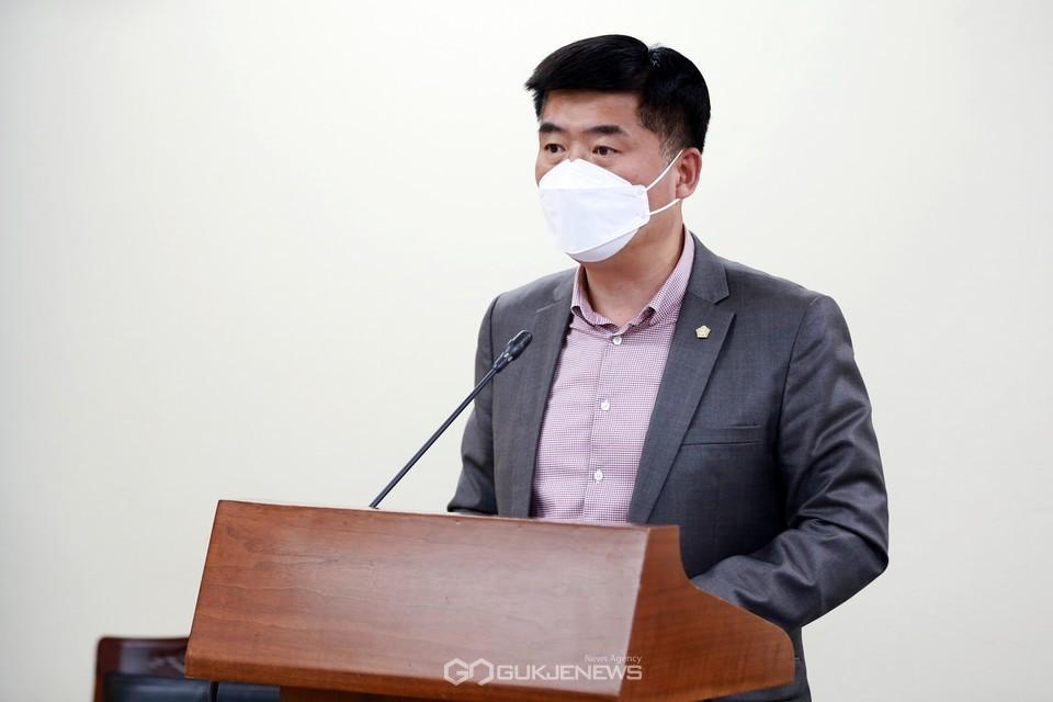 아산시의회 맹의석 의원이 일부개정조례안 발의 취지를 설명하고 있다.