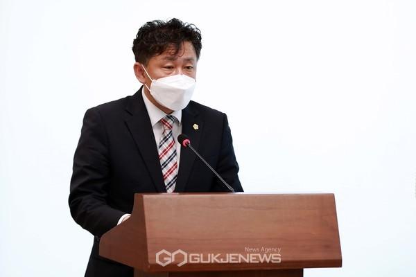 윤원준 의원이 '아산시 드림스타트 운영 및 지원에 관한 조례안'을 발의하고 취지를 설명하고 있다.