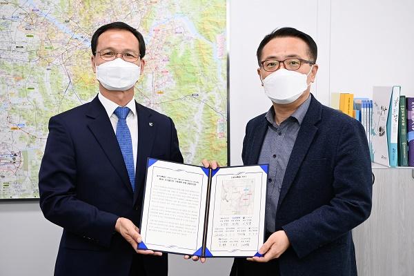 조병옥 군수(왼쪽)가 김선태 국토교통부 철도국장에게 공동건의문을 전달하고 있다.(제공=음성군청)