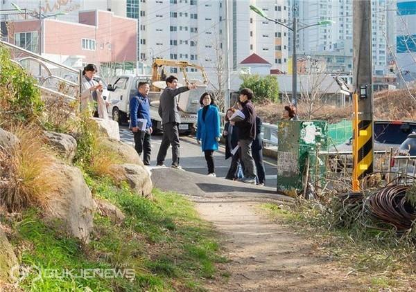 사진은 지난해 2월, 정명희 구청장이 관내 지역을 걸으며 보행환경을 점검하고 있다/제공=북구청