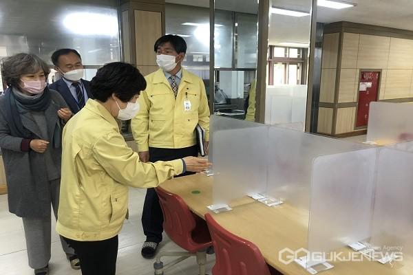 김영미 교육장이 현장점검을 하고 있다.(제공=청주교육지원청)