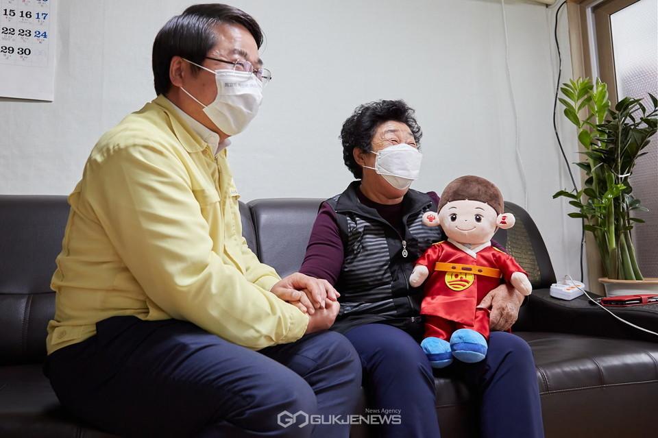 오세현 시장이 효돌이 사용 가정을 방문해 어르신과 대화를 나누고 있다