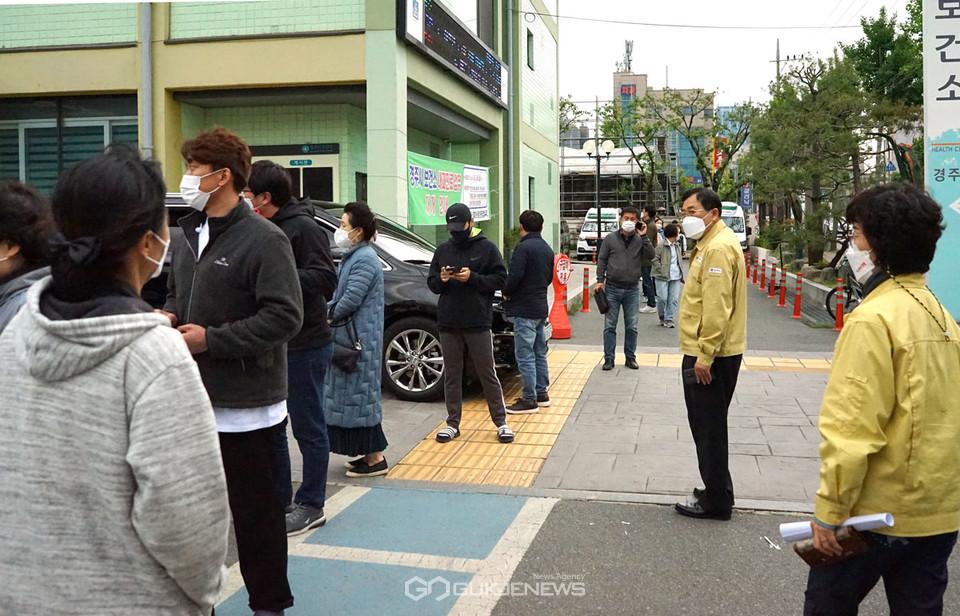 (사진=김진태 기자) 코로나19 검사를 받기 위해 선별검사소를 찾은 시민들