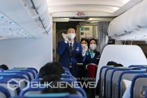 지난 1일 김해공항에서 운항한 에어부산 무착륙 국제관광비행에서 캐빈승무원이 기내에서 럭키드로우 이벤트를 진행하고 있다/제공=에어부산