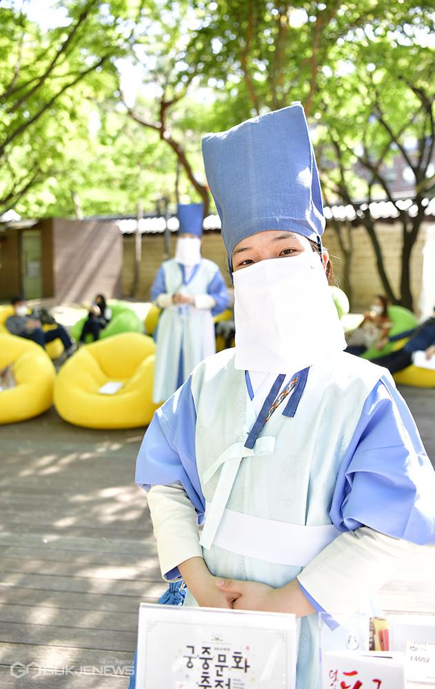 (사진=안희영 기자) 궁둥이(궁중문화축전 자원봉사자)로 참여하고 있는 윤여빈씨