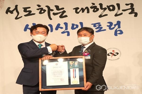 윤석진 의원(오른쪽)이 신지식인으로 선정됐다.(제공=영동군의회)