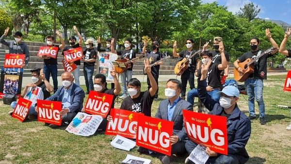 (사진=완주군의회) 미얀마 민주주의회복 촉구 캠페인에 참석한 김재천 의장(아래 왼쪽에서 다섯번째) 모습