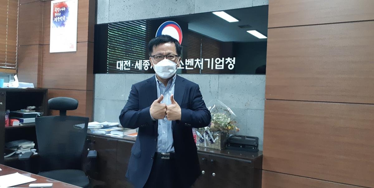 조재연 대전세종지방중소벤처기업청장이 '제2벤처붐 챌린지'에 동참하고 기념촬영을 하고 있다.