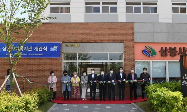(사진=완주군) 삼봉 사회복지관 개관식에 참석한 김재천 의장(왼쪽 다섯번째)과 박성일 군수(여섯번째)
