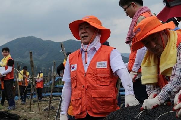 (사진제공=신협) 김윤식 신협중앙회장이 신협 임직원들과 충남 금산군 일대서 수해 피해 복구 지원활동 진행