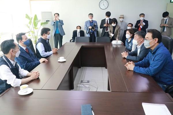 (사진제공=홍문표 의원실) 홍문표 국회의원, 당 대표 출마 선언 후 첫 일정으로 한국노총 방문