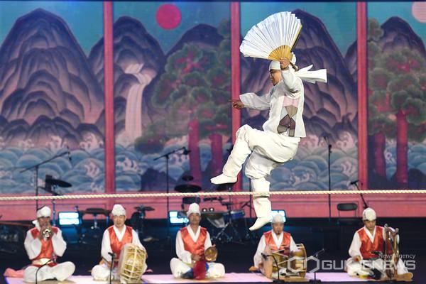서울 국립국악원 연희마당에서 안성시립남사당 풍물단 오경민 단원이 아슬아슬한 줄타기 공연을 선보이고 있다.