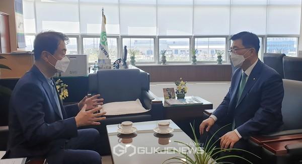 간담회 aT 김춘진 사장(우측), 새만금개발공사 강팔문 사장(좌측)