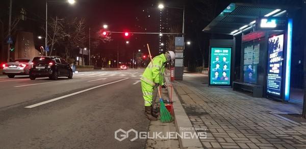 양천, 거리에서 근무하는 환경공무원(밤)