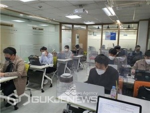 남부발전 직원들이 서울 강남구에 위치한 ㈜에코아이티 본사 교육장에서 RPA 파워유저 교육을 받고 있다/제공=남부발전