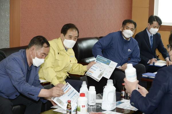 기업체의 애로사항을 청취하고 있는 박윤국 포천시장의 모습이다.<사진제공=포천시>