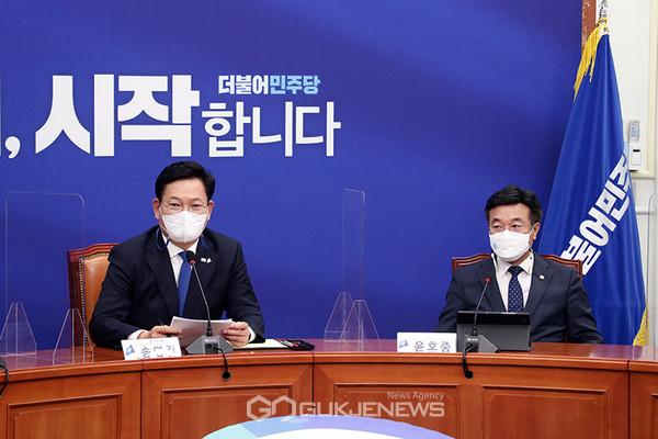 송영길 더불어민주당 대표가 4일 국회 당대표회의실에서 열린 코로나19 백신 관련 보고에 참석해 모두발언을 하고 있다.