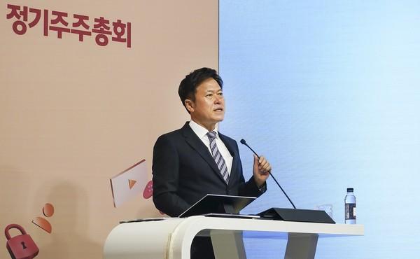 SK텔레콤 박정호 대표이사가 주주들에게 온라인으로 경영 성과 및 비전을 발표하는 모습